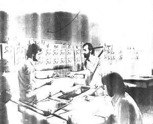 Sala principal do Centro de Estudos de Artes, o Aster, nas Perdizes, São Paulo. Zéluiz Valero, Omar Khouri e Carlos Valero [de Figueiredo] em plena sessão de impressão de trabalho de Luiz Antônio de Figueiredo, que constou de Zero À Esquerda, lançada em 1981. A fotografia, de Paulo Miranda, aqui reproduzida a partir de uma cópia xerox, é de 1980.